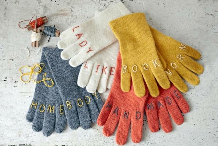 originales propuestas de regalos para amigo invisible, guantes personalizados en diferentes colores