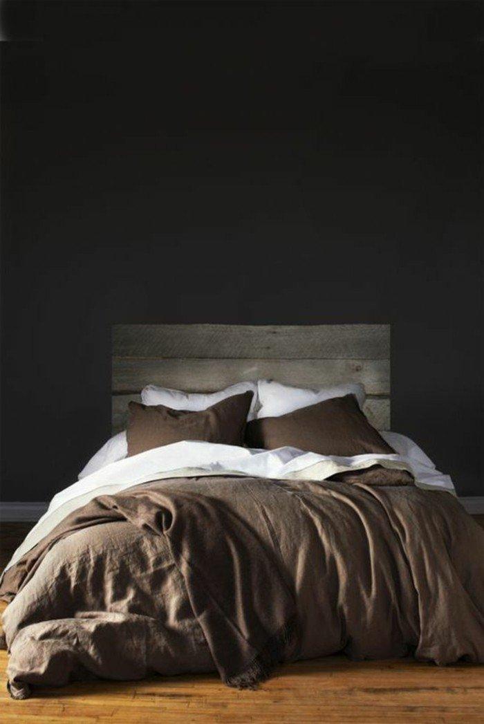 dormitorio en estilo rústico, cama con cabecero de madera, paredes grises oscuras, combinaciones con gris modernas
