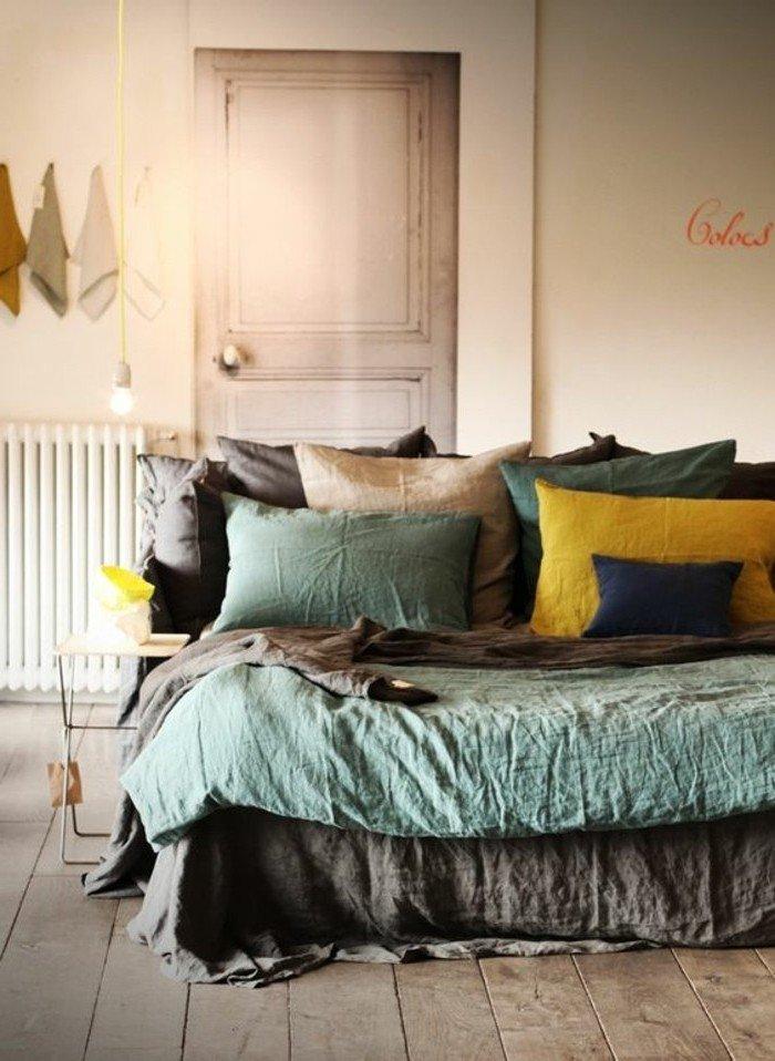 dormitorio moderno, suelo de madera, sábanas en gris, verde y amarillo, decoracion en color gris perla
