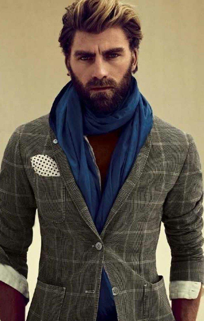 elegante outfit, ombre con chaqueta gris y bufanda azul, corte de pelo longitud media, larga barba