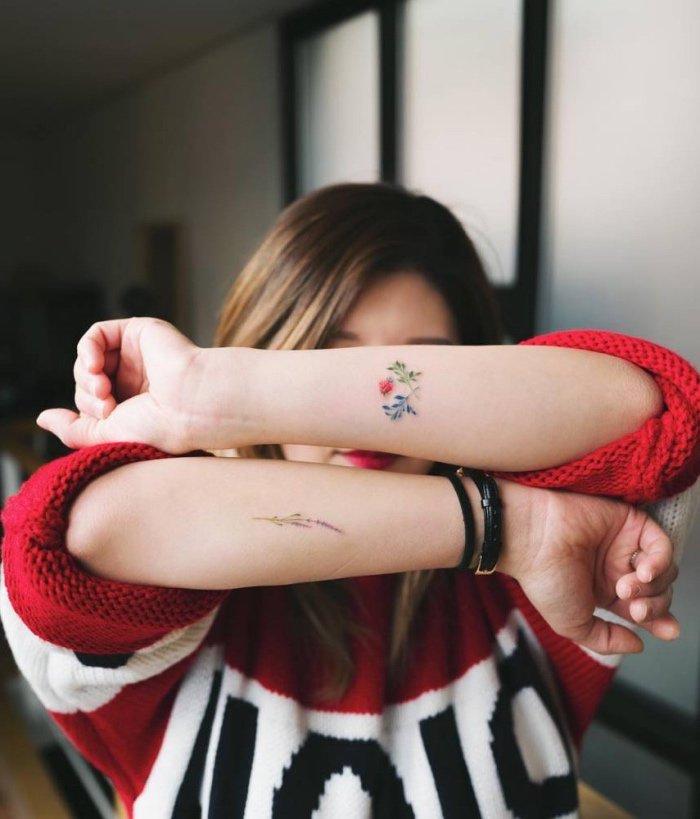 tatuajes pequeños y bonitos con motivos florales, bonitos tatuajes con flores para mujeres