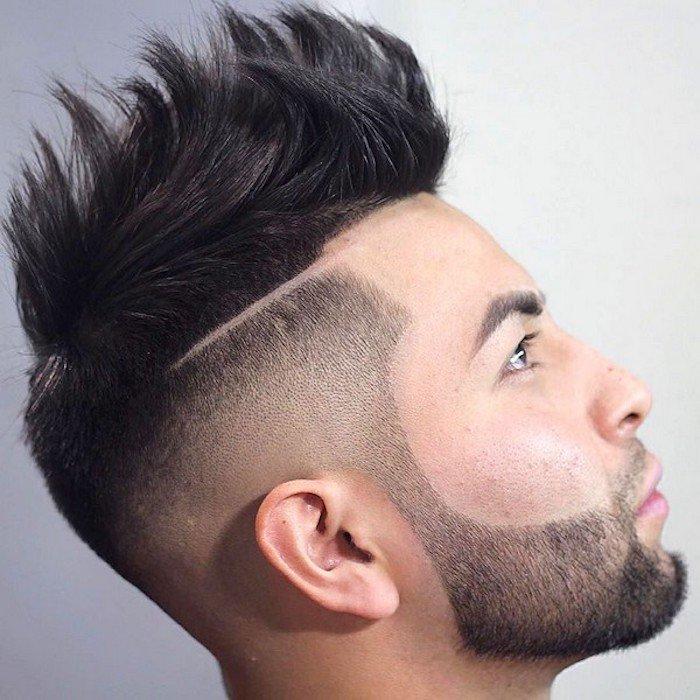 cortes de pelo hombre degradado con parte central larga, sienes rapadas con raya lateral