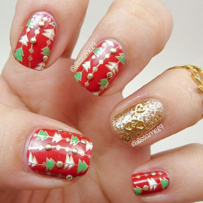 bonitos diseños en rojo y dorado con pegatinas, uñas de forma cuadrada con mucho brillo