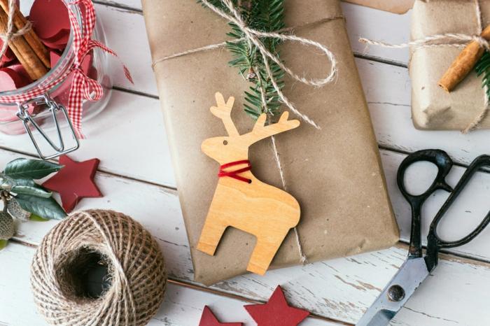 manualidades para regalar a una amiga fáciles, embalajes DIY de regalos para Navidad, bonitas ideas, reno de madera