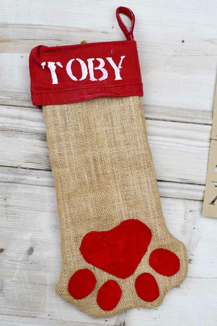 originales propuestas sobre como como adornar la casa en navidad, calcetines navideños DIY para tu perro