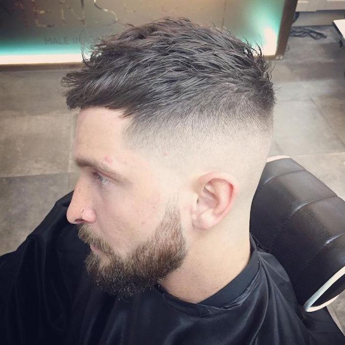 corte de pelo degradado hombre con barba y bigotes, pelo con degradado en color castaño claro