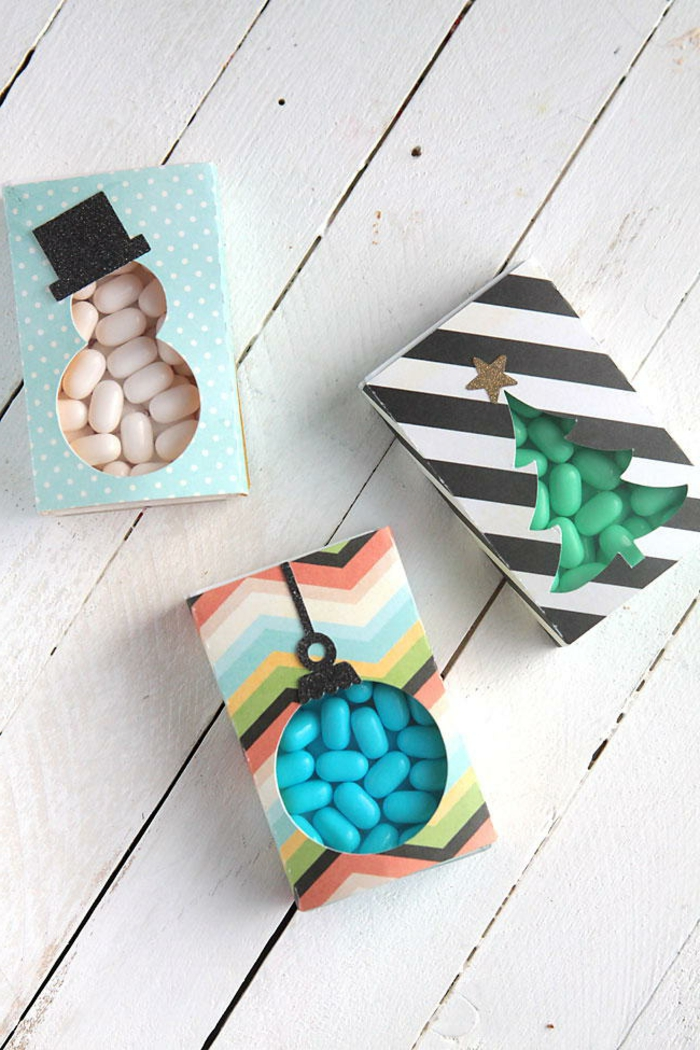 caramelos en cajas personalizadas con motivos navideños, ideas de regalos amigo invisible 5 euros