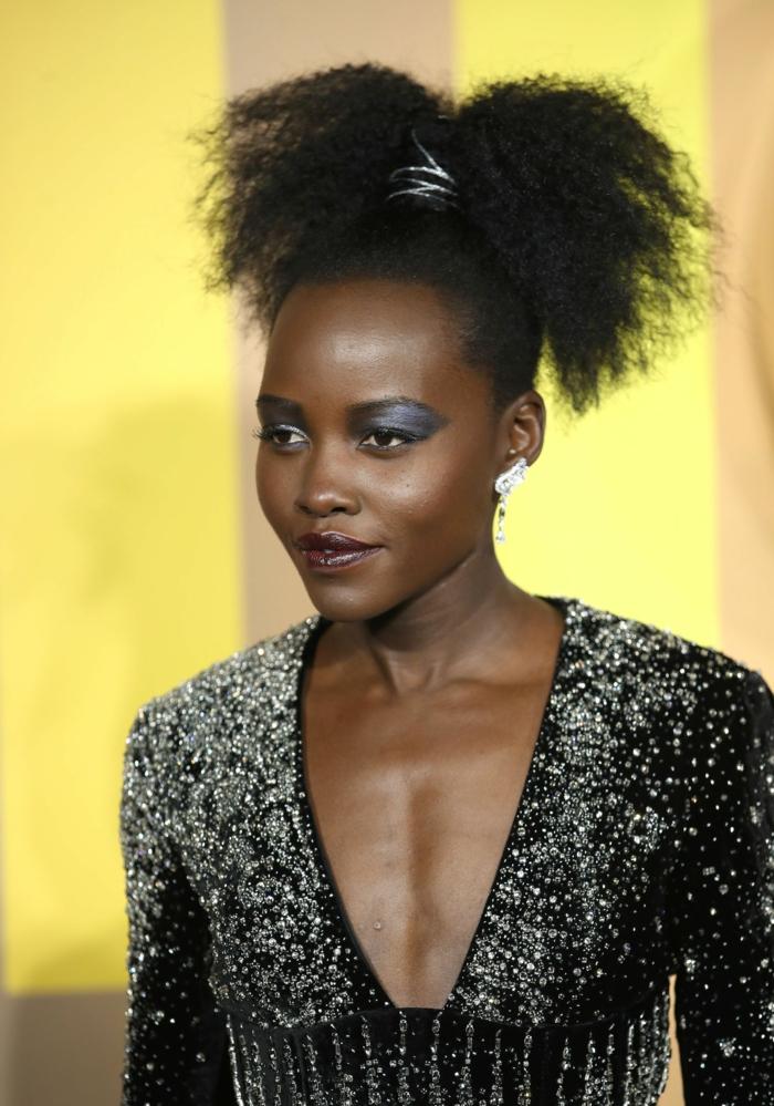peinados para pelo rizado modernos y originales, coleta alta apretada, cabello afro oscuro