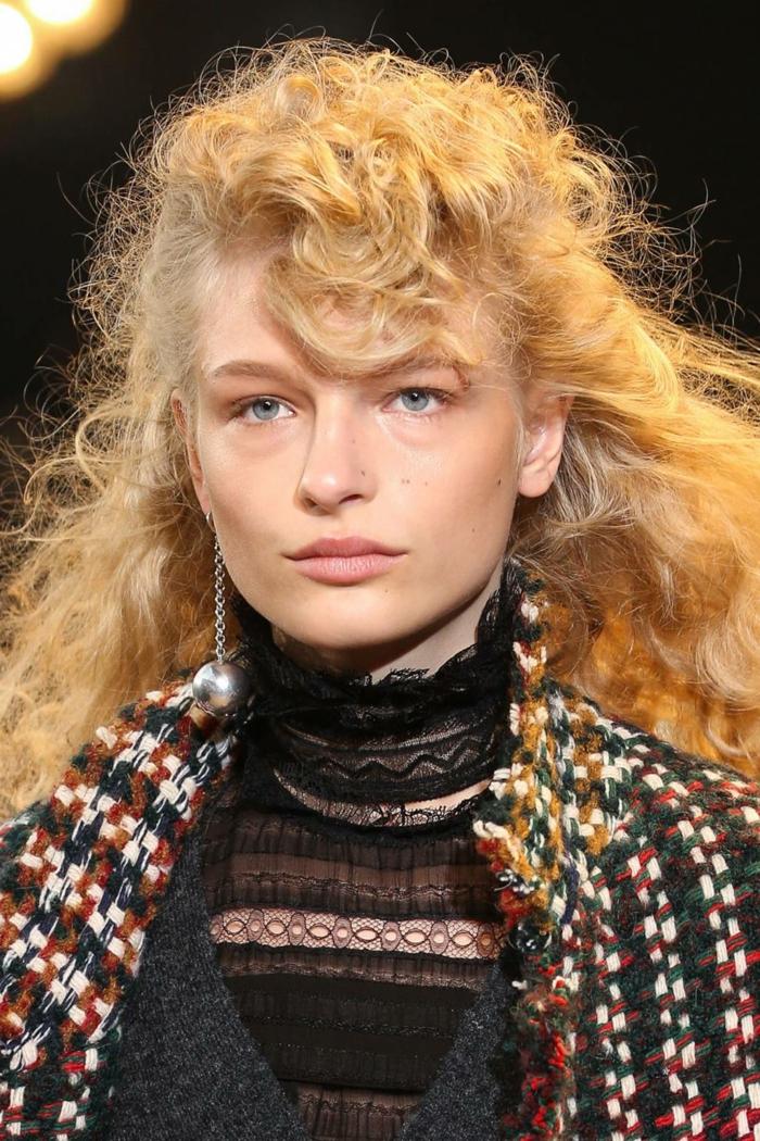 cortes de pelo extravagantes cabello rizado, larga melena rubia suelta con flequillo original
