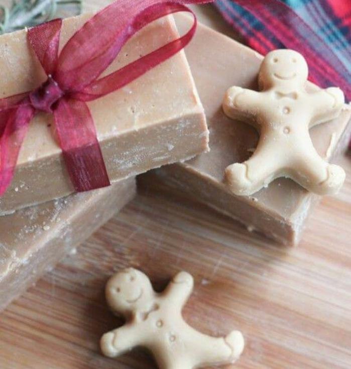 jabón casero en forma de muñecos de jengibre, regalo amigo invisible hecho a mano para Navidad