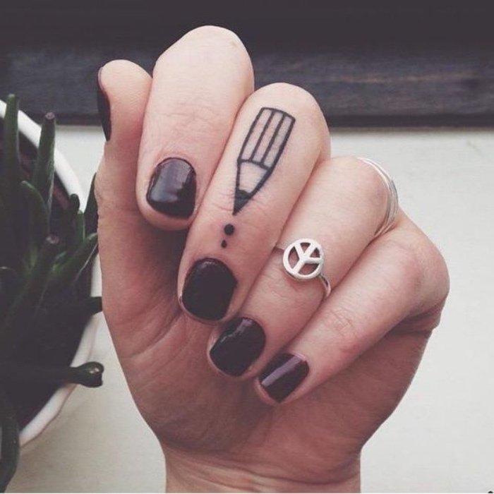 últimas tendencias en los tatuajes, tatuajes pequeños con significado, tatuaje de lápiz en el dedo