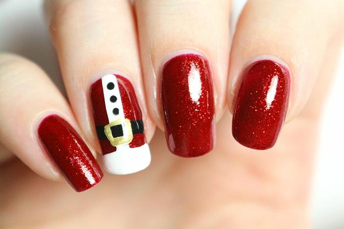 uñas acrílicas largas pintadas en rojo brillante con partículas relucientes con bonito dibujo