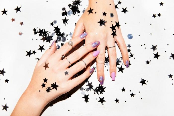 largas uñas pintadas con esmaltes relucientes con acabado metálico, uñas de forma stiletto en rosado y lila