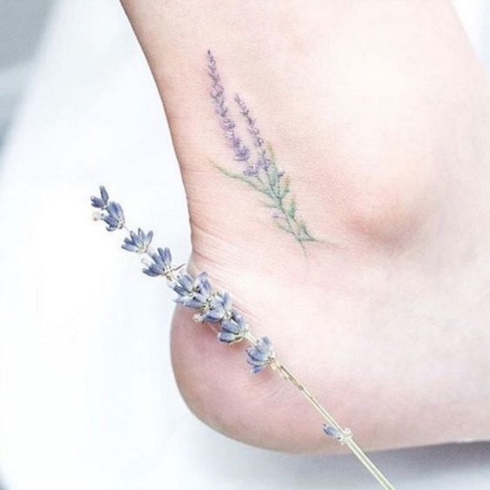 preciosos tatuajes con flores, tattoo de lavanda en el pie, tatuajes pequeños con significado