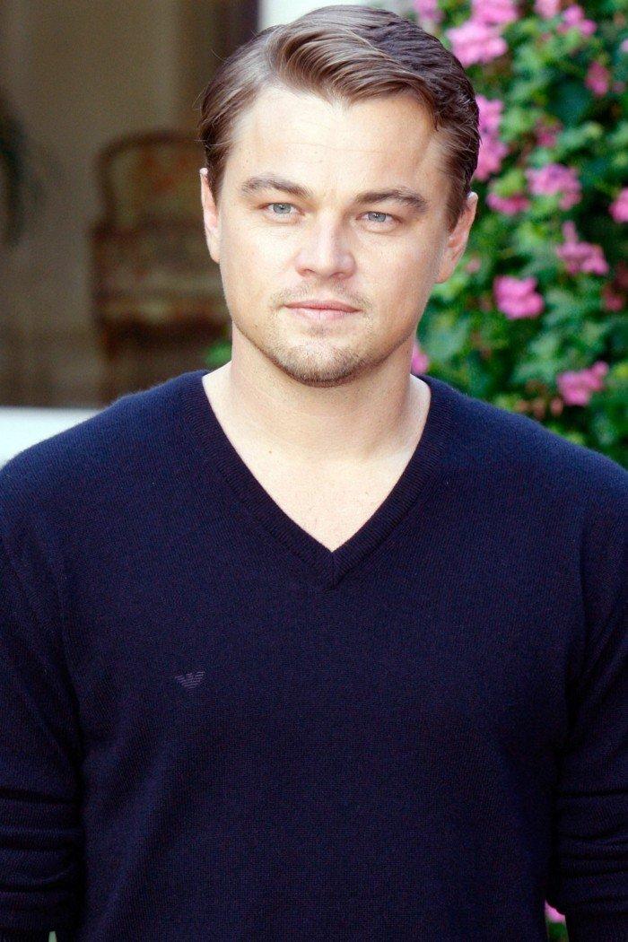 Leonardo Dicaprio con un peinado clásico, cabello rubio oscuro con degradado poco marcado, fleco corto a un lado