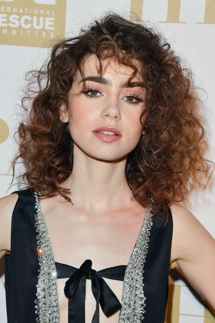 los mejores peinados de la celebridades para pelo rizado, media melena rizada con mechas sueltas