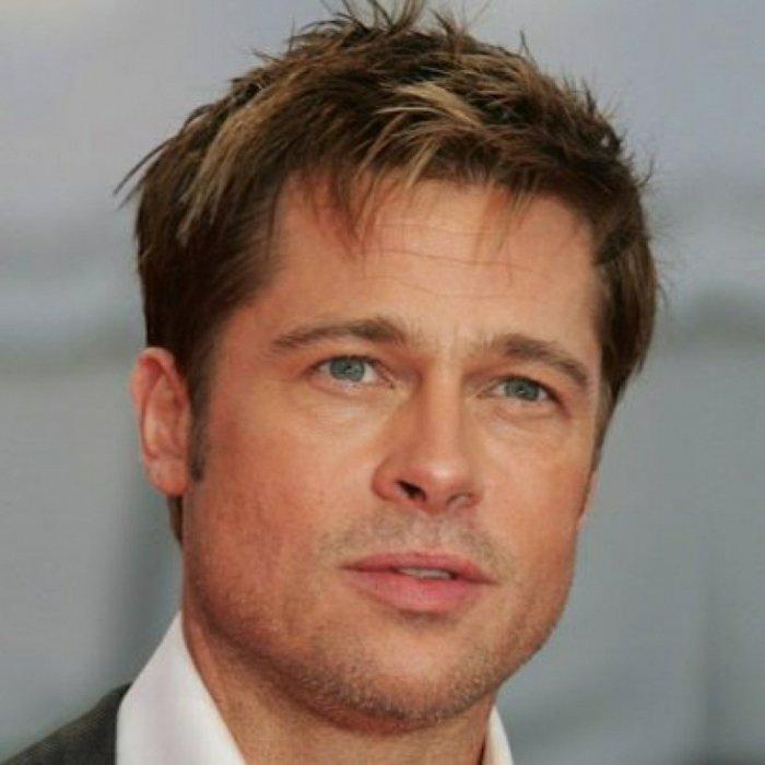 Brad Pitt con un peinado moderno, cabello color rubio oscuro con mechas más claras, ideas de peinados pelo corto hombre