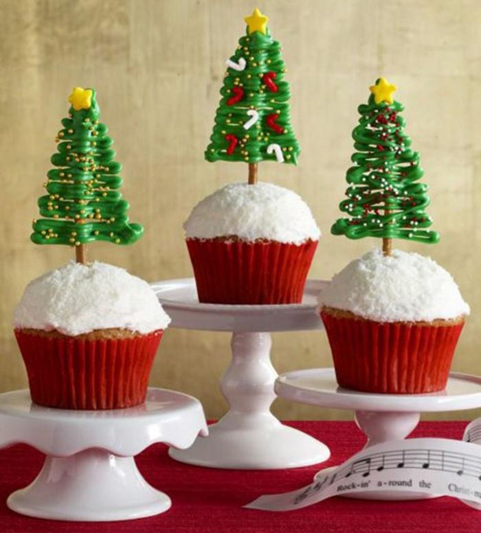 magdalenas decoradas de encanto con arboles de navidad de azucar, recetas navideñas faciles