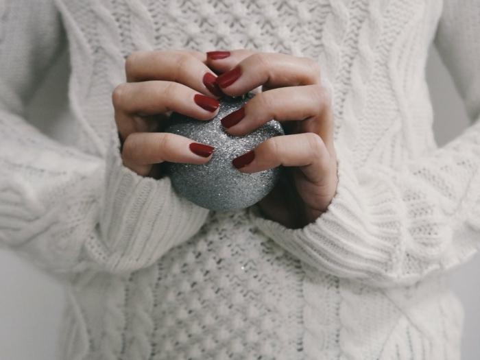 uñas cortas pintadas en rojo bordeos, ideas de modelos de uñas sencillos y elegantes para las fiestas navideñas