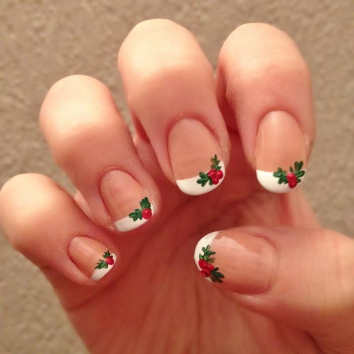 como adornar tu manicura francesa para Navidad, uñas francesas con dibujos de acebo, bonitas ideas para Navidad y Noche Vieja