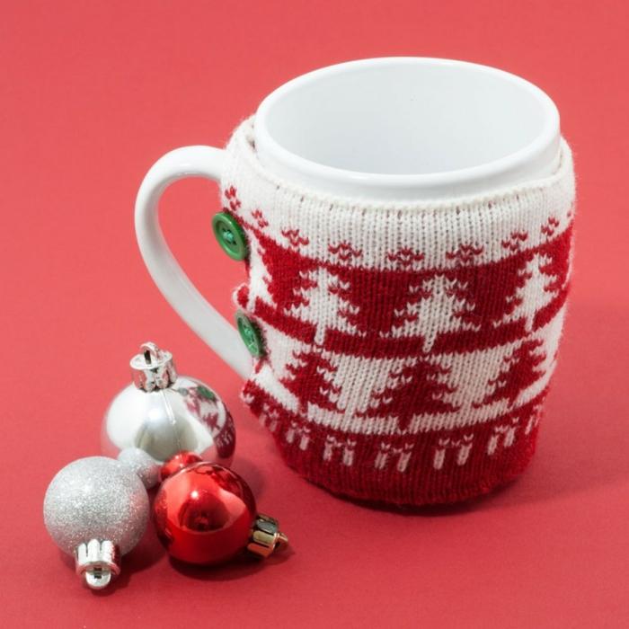 taza de té con abrigo de lana con motivos navideños, pequeños regalos de navidad para cualquier gusto, ideas para amigo invisible