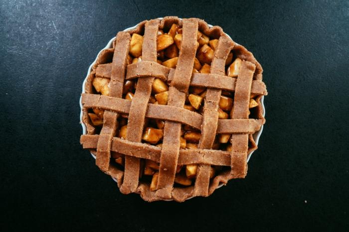 las mejores recetas de tartas caseras, pastel con relleno de manzanas con jugo de limón, vainilla, canela y maicena