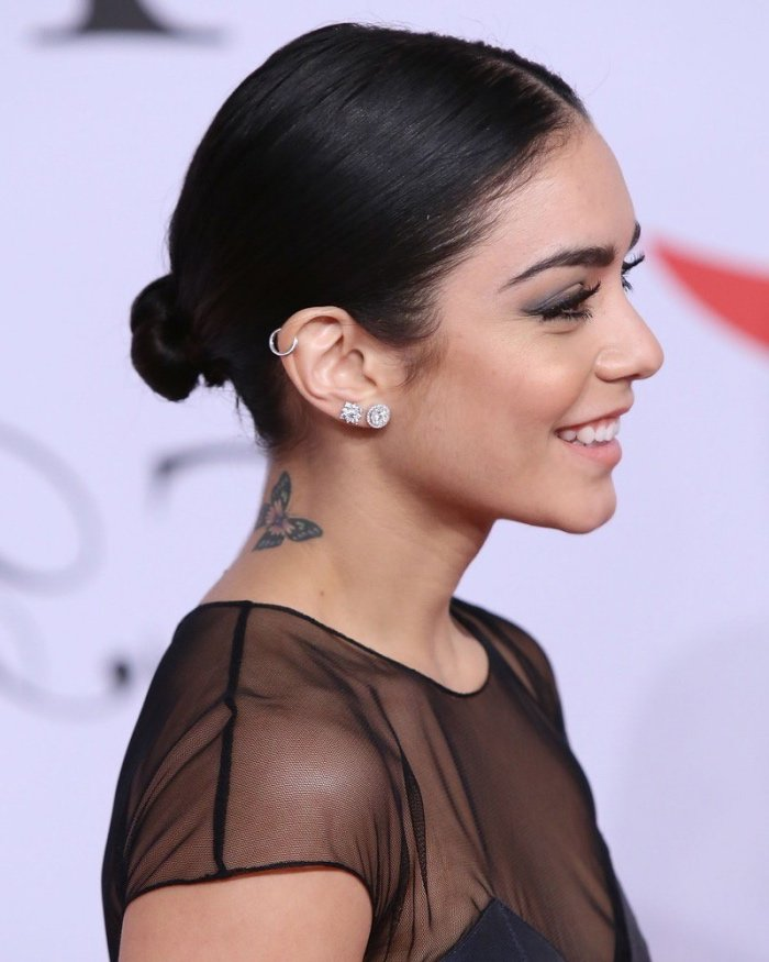 celebridades con tatuajes tatuajes pequeños con significado, mariposa tatuada en el cuello