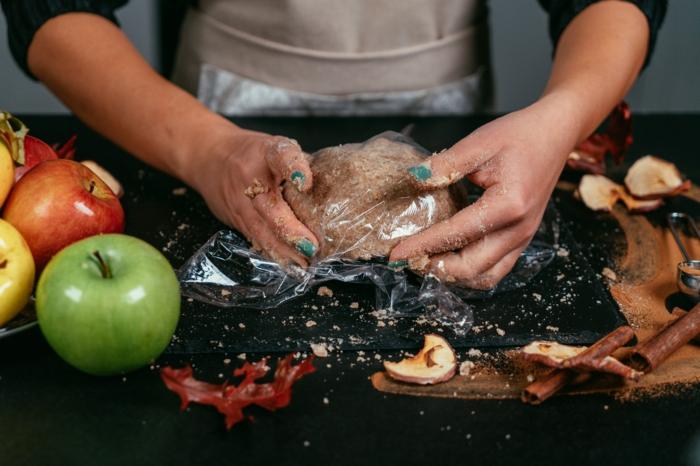 masa de harina integral, sal y mantequilla, tarta de manzana con mantequilla, ideas de recetas saludables para mantener una dieta equilibrada