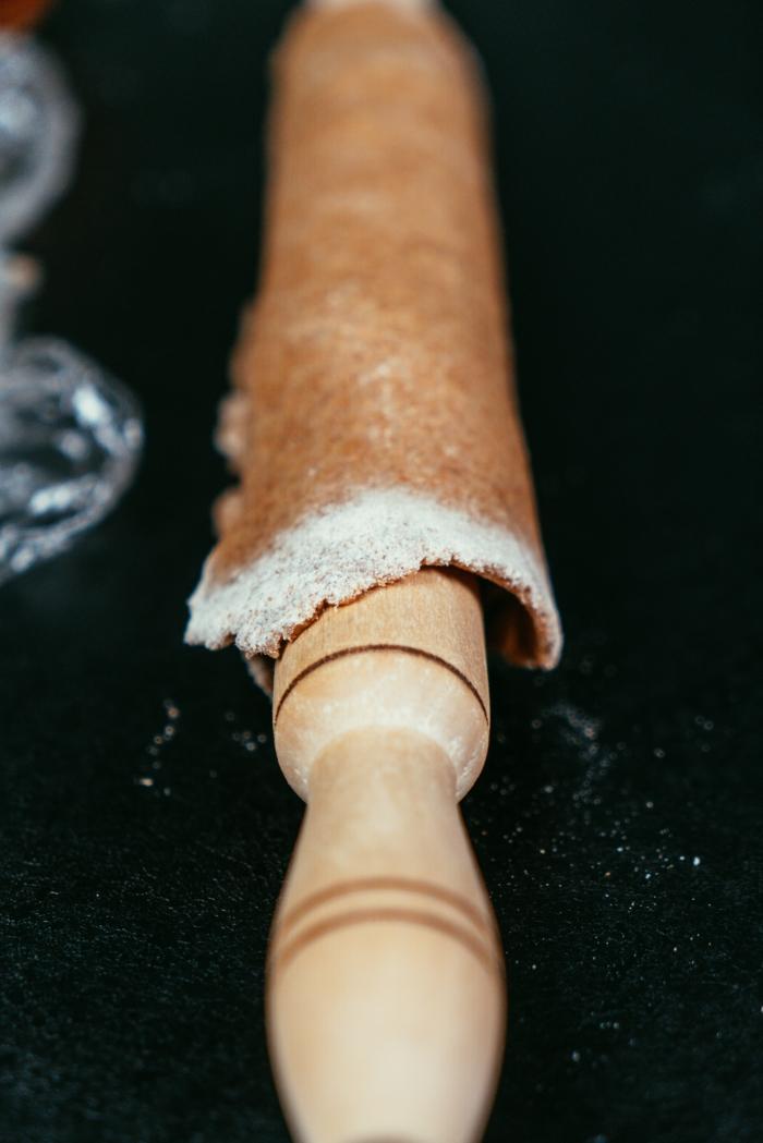 extender la masa con un rodillo, pasos para preparar una tarta de fruta con masa de harina integral y mantequilla