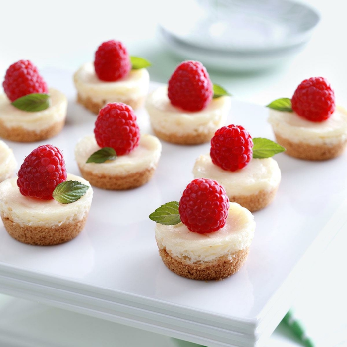 mini tartas de queso con frambuesas frescas, recetas navideñas faciles para sorprender a tus invitados
