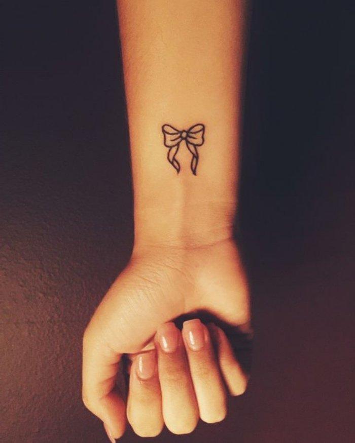 tatuajes pequeños para mujeres significados, bonitos diseños para mujeres, tatuajes en negro