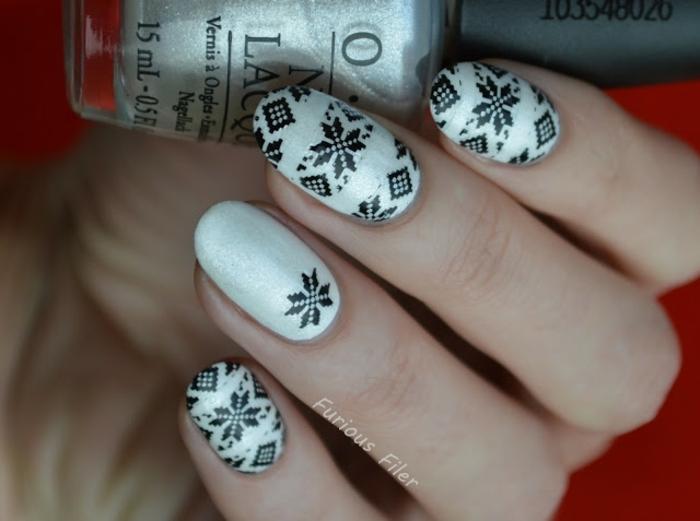diseños de uñas de navidad con pegatinas, uñas largas con forma de almendra pintadas en blanco reluciente con pegatinas copos de nieve