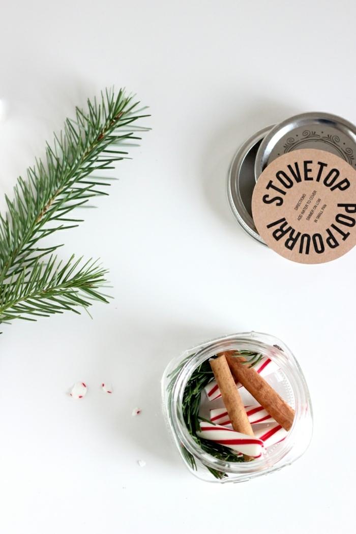 bonitas ideas de regalos amigo invisible manual, frasco de vidrio lleno de pequeños detalles navideños