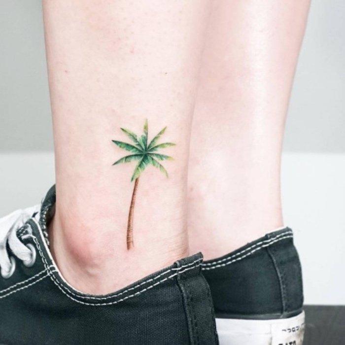 tatuajes pequeños originales, tatuaje de palmera en colores en el tobillo, imágines de tattoos