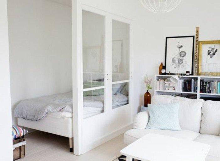 habitación decoracda en blanco abierta al salón, ideas sobre como decorar una habitacion de estudio