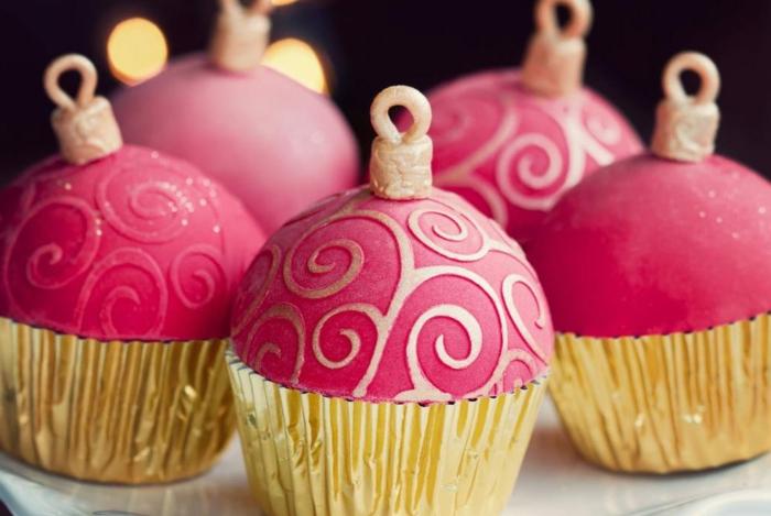 magdalenas decoradas con bolas de navidad, propuestas de postres navideños super originales para sorprender e los invitados