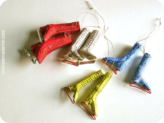 preciosos adornos navideños hechos de materiales reciclados, patines de hielo DIY en diferentes colores