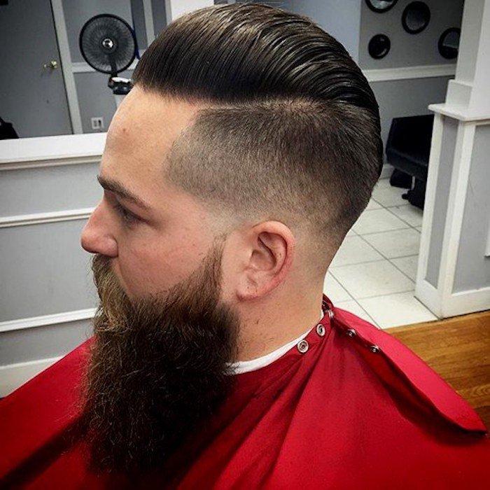 larga barba y un corte de pelo con degradado que da más longitud a la cara, peinados degradado en tendencia