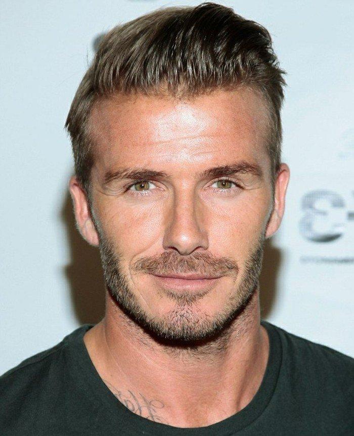 David Beckham con un peinado elegante y clásico, flequillo con gel peinado hacia atrás, cortes de pelo modernos hombres