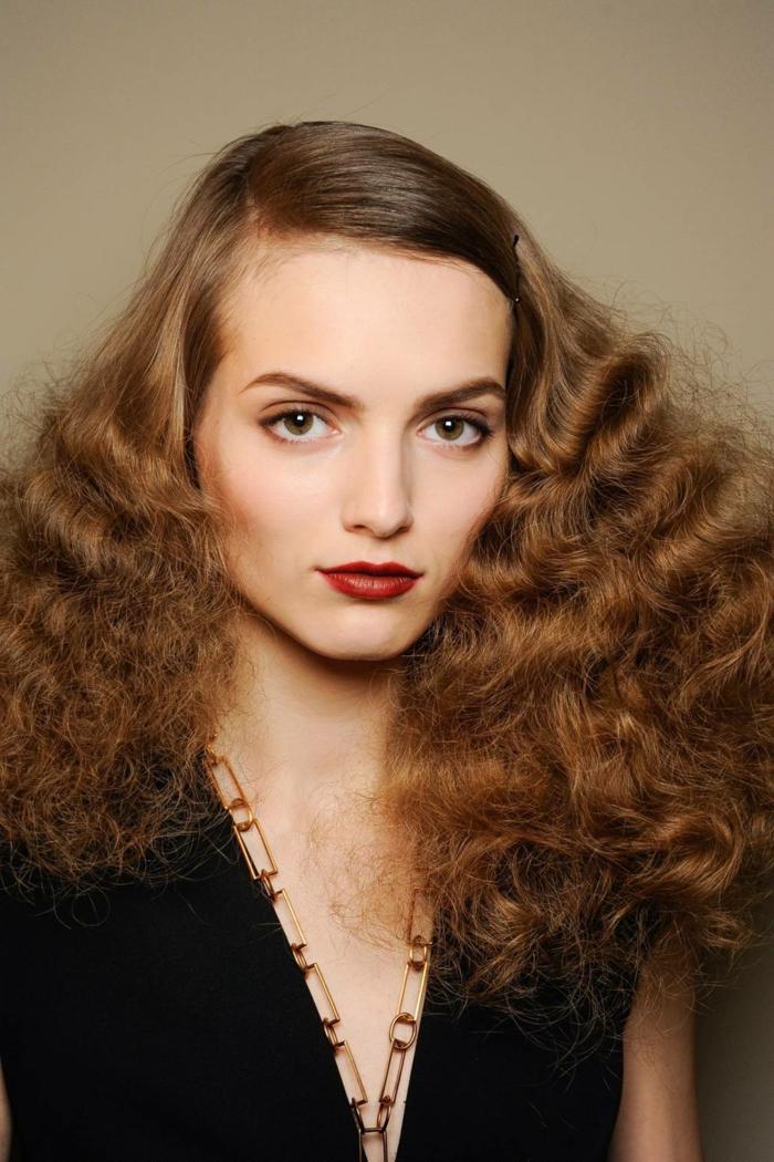 peinado toque retro, media melena ondulada con mucho volumen, mujer pelirroja vestido negro elegante