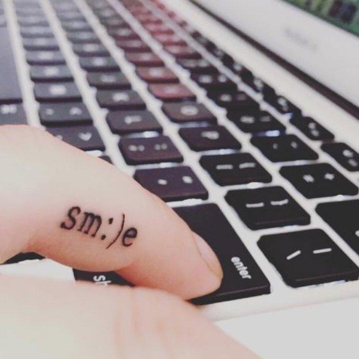 tatuajes con letras en el dedo, ideas de tatuajes pequeños originales, atractivas propuestas de mini tattoo