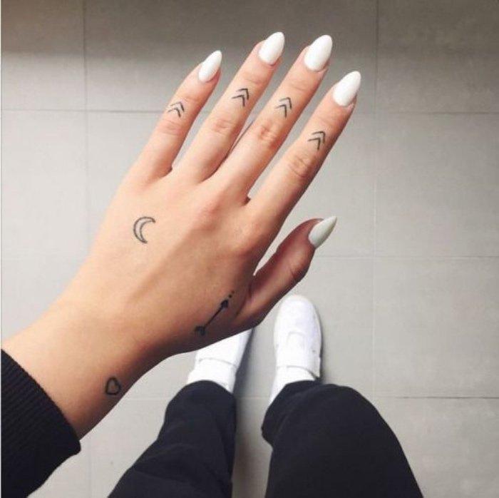 tatuajes pequeños originales, tatuajes geométricos super pequeños en los dedos, galería de imágines