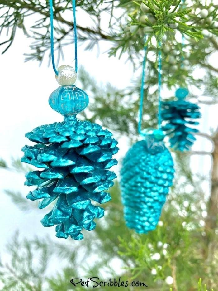 ideas sobre cómo decorar un arbol de navidad casero, piñas pintadas en azul brillante, ornamentos navideños DIY