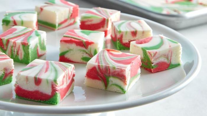 turrones navideños decorados en los colores de Navidad, trozos de turron en blanco, verde y rojo