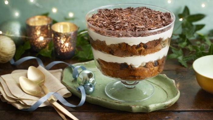 crema brule con ralladura de chocolate y galletas jengibre, postres ricos y fáciles de hacer