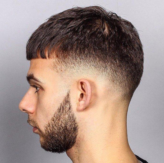 corte de pelo militar clásico en versión moderna con barba original, flequillo corto recto, sienes cortos