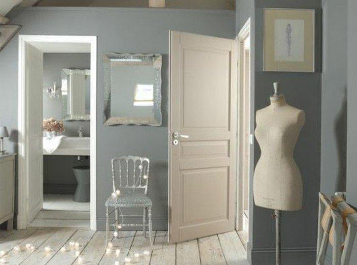 habitación con paredes en gris perla, suelo de madera, espacio decorado en estilo ecléctico