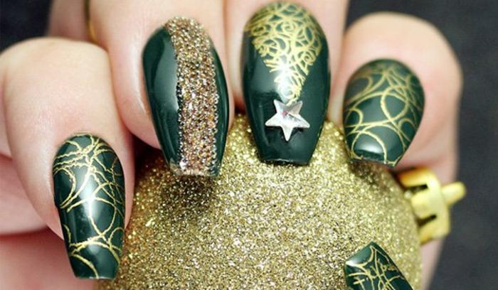 uñas super largas en acrílico pintatas en verde con decoración en dorado, uñas con purpurina