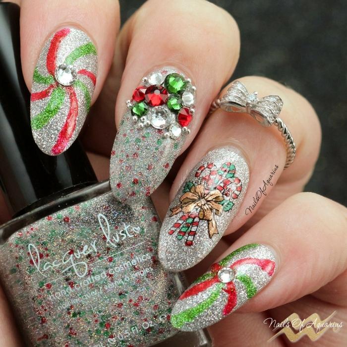 uñas muy largas almendradas pintadas en plateado reluciente con detalles en verde y rojo