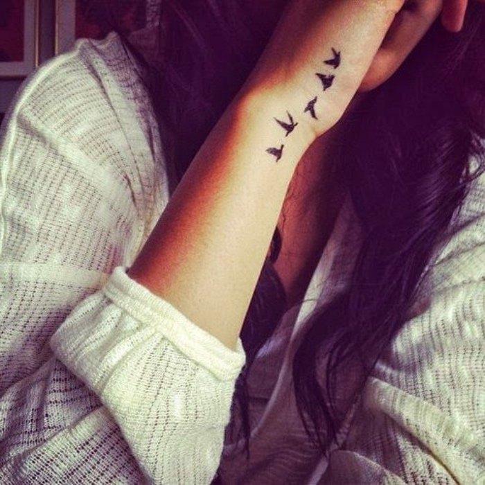 tattoos bonitos y simbólicos, aves en pleno vuelo, bonito tatuaje en la muñeca, diseños originales